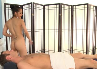 Splendid massage therapist loves giving blowjobs and engulfing balls