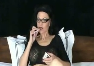 Older webcam skank smokes a cig whilst masturbating her cunt