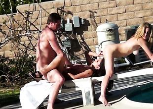 A hawt threesome in the yard