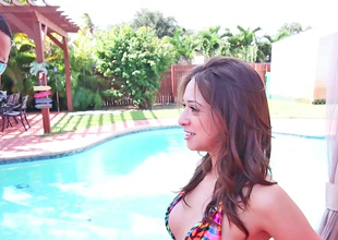 Sara Luvv has her pussy licked in the pool