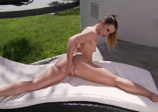 Flexible all alone brunette hair girlie enjoys fingerfucking her twat outdoors
